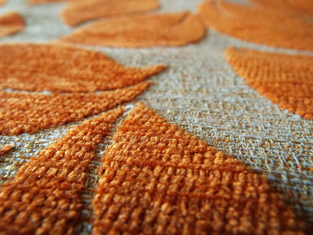 Oranžovobéžový koberec