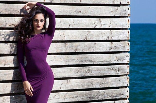 Žena v elegantných fialových šatách