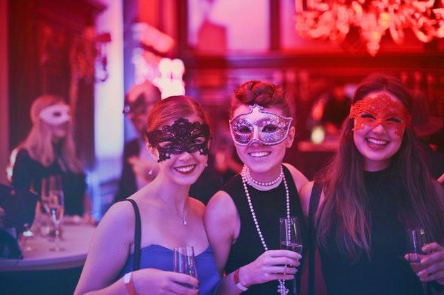 Ženy v škraboškách na večierku