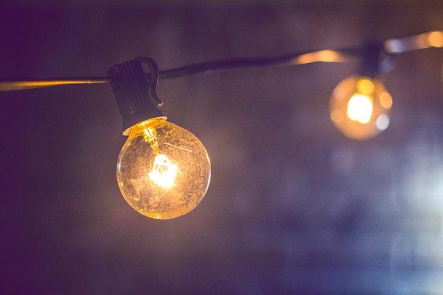 Svetelná reťaz s veľkými žiarovkami zavesená vo vzduchu.jpg