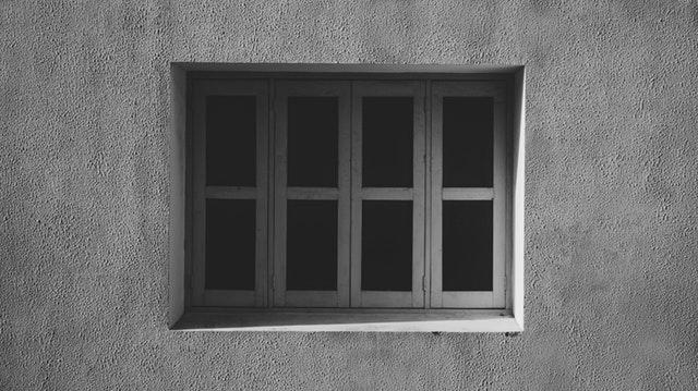 Budova z betónu s bielymi oknami.jpg