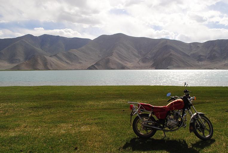 motorka zaparkovaná pri jazere