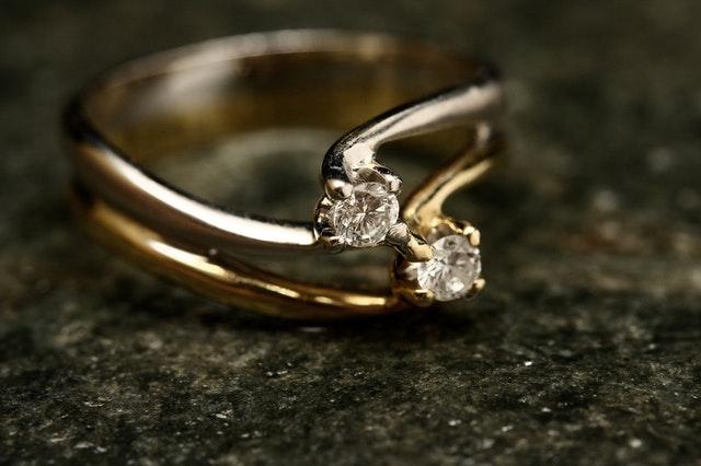 Zlatý prsteň s drahokamami