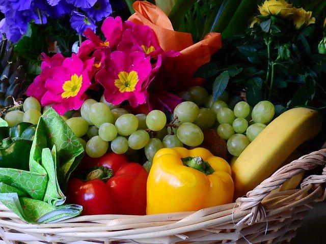 Prútený kôš naplnený zeleninou, ovocím a farebnými kvetmi.jpg