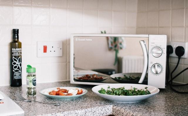 Mikrovlnka na kuchynskej linke.jpg