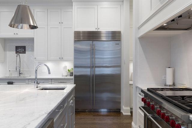 Moderná kuchyňa s veľkou striebornou chladničkou.jpg