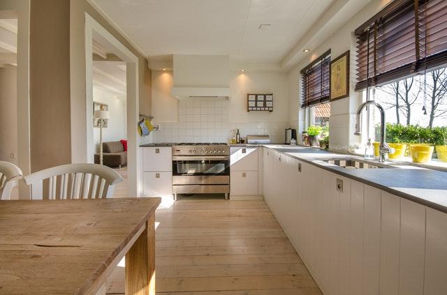 okná v kuchyni